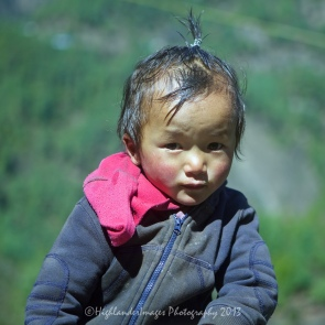 Shy child between Phakding and Lukla.